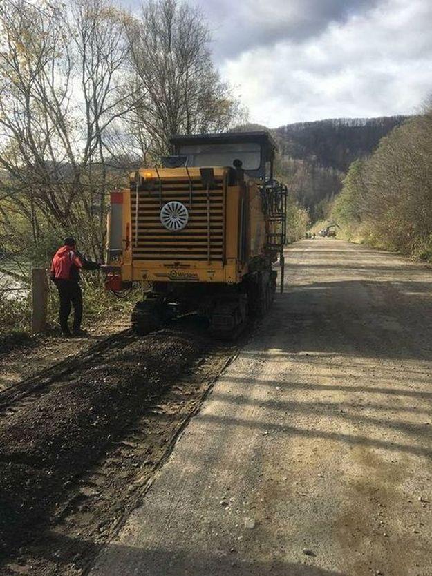 Відновлення автошляхів: Тривають ремонтні роботи на дорозі Р-62 Криворівня – Чернівці