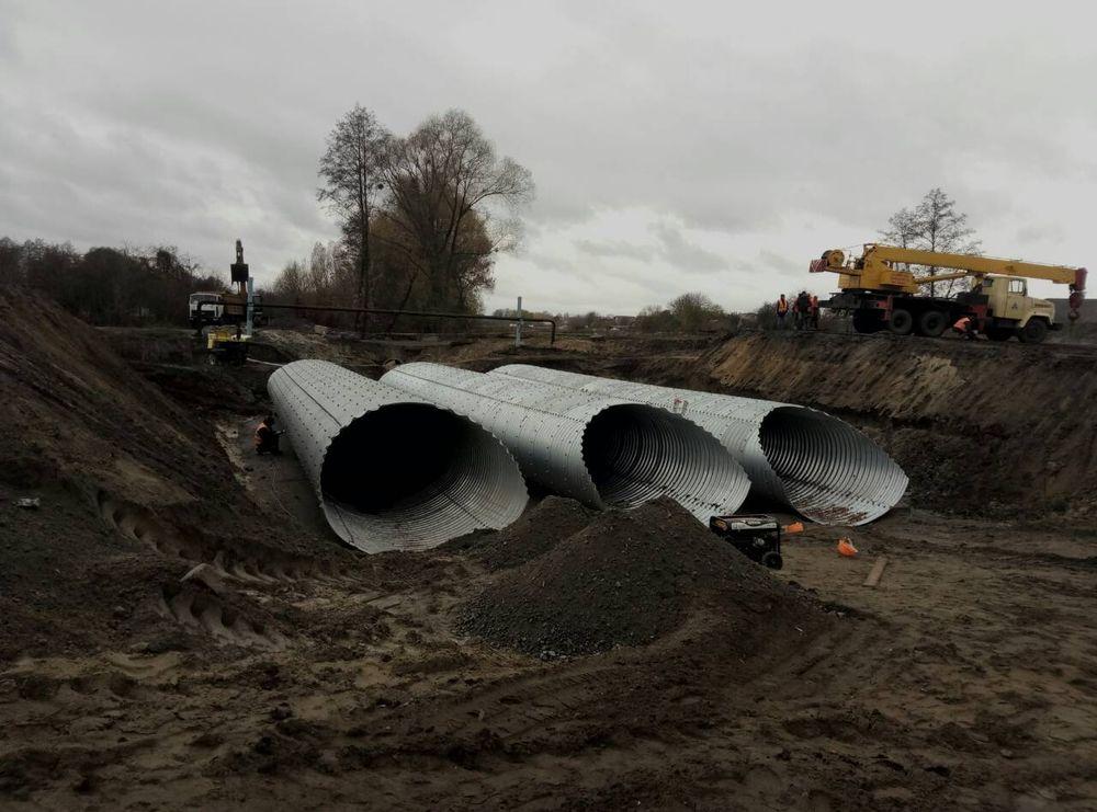 На автодорозі Р-46 Харків-Охтирка у Сумській області зводять нову водопропускну споруду