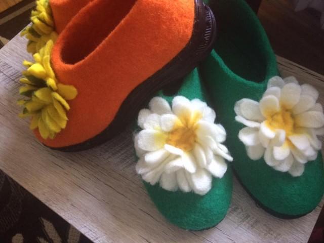 Жителька Луцька виготовляє оригінальне взуття з натульної вовни (фото)