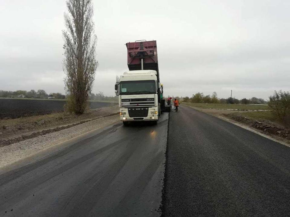 Влаштування верхнього шару дорожнього полотна на ділянці автодороги Н-11 Дніпро-Миколаїв