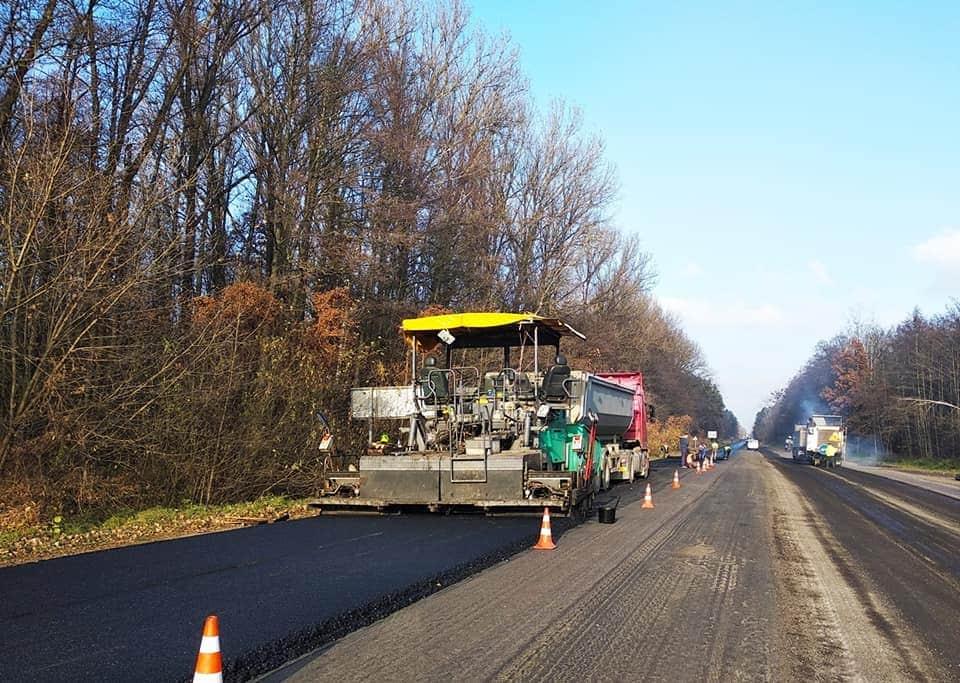 Відновлення автошляхів: Продовжуються роботи на ділянці автотодороги Н-25 Городище-Рівне-Старокостянтинів у Рівненській області (фото)