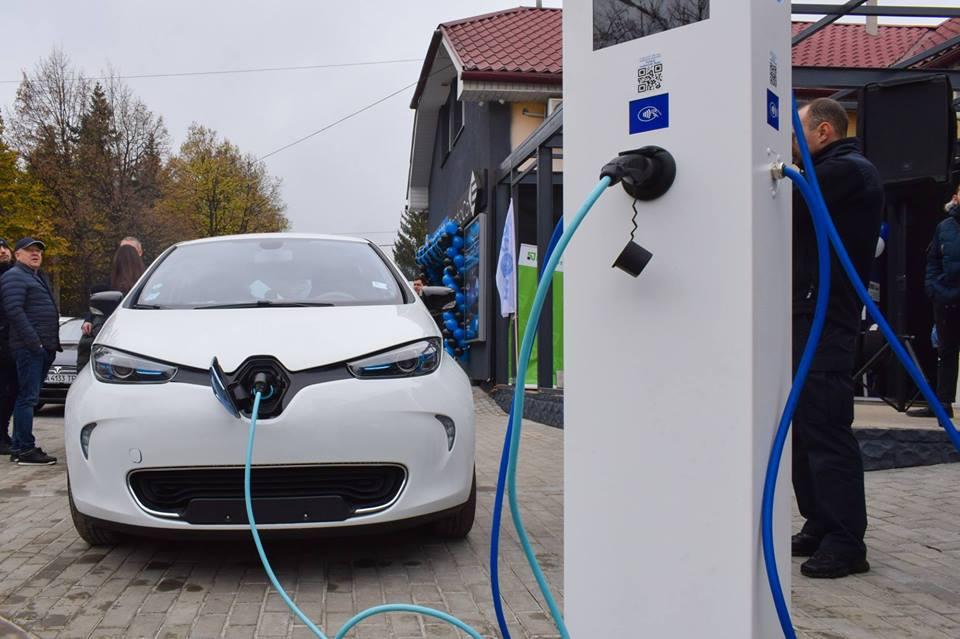 В Ужгороді відкрили перший в місті салон електромобілів